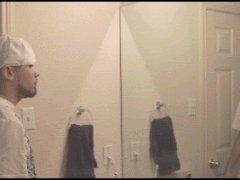 Тренируется перед зеркалом
