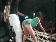Вытолкнул девушку со сцены