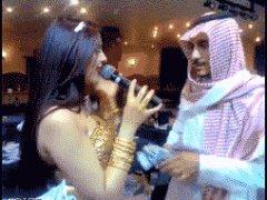 Араб разбрасывает деньги
