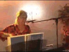 Проглотила микрофон