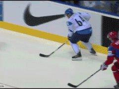 Засунул шайбу в ворота
