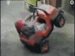 Ребенок кружится на машинке