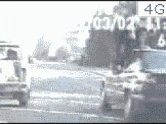 Полиция на ходу запрыгивает в машину