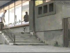 Упал на скейт и поехал дальше