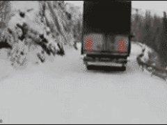 Два больших грузовика затянуло в пропасть