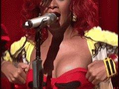 Рианна гордится грудью
