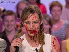 Симпатичная девушка в крови