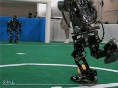 Робот бьет пенальти