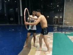 Прикол с обручем и бассейном