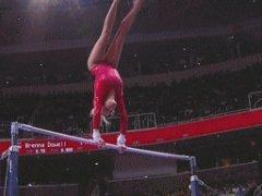 Красивое падение гимнастки